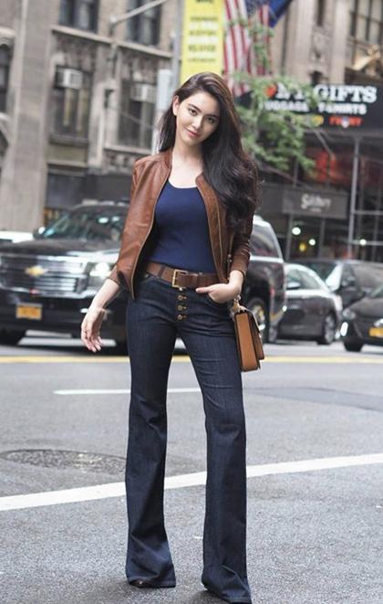 Nữ diễn viên là đại sứ của nhiều nhãn hàng, thương hiệu thời trang nổi tiếng. Trên trang instagram cá nhân, Mai thường xuyên khoe vẻ kiêu sa cùng món đồ hàng hiệu. Ngoài những bộ đầm lộng lẫy, nữ nghệ sĩ còn diện đồ theo phong cách street style, tô lên cá tính mạnh mẽ.
