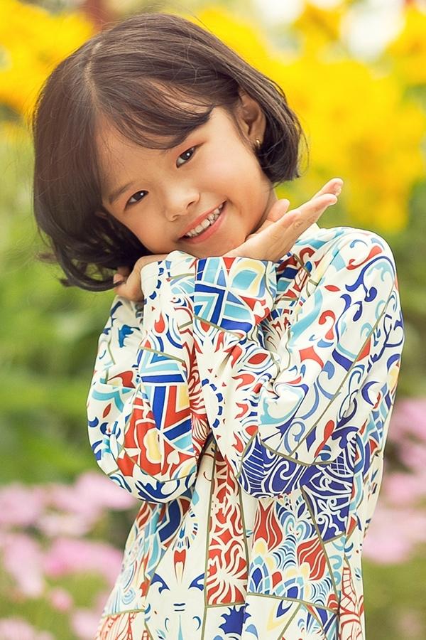 Lâm Vinh Hải cùng con gái mặc áo dài du xuân