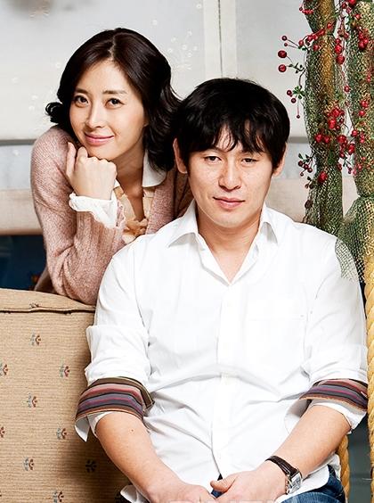 Song Yoon Ah kết hôn với nam diễn viên đã qua một đời vợ - Sol Kyung Gu - hồi năm 2009.Họ gặp nhau trên phim trường Jail Breaker (2002) và tái hợp trong tác phẩm Lost in Love (2007).Cô cũng bị đồn là người thứ ba khiến cuộc hôn nhân đầu tiêncủa tài tửtan vỡ.Sau gần9 năm gắn bó, cả hai có một convà sốnghạnh phúc.