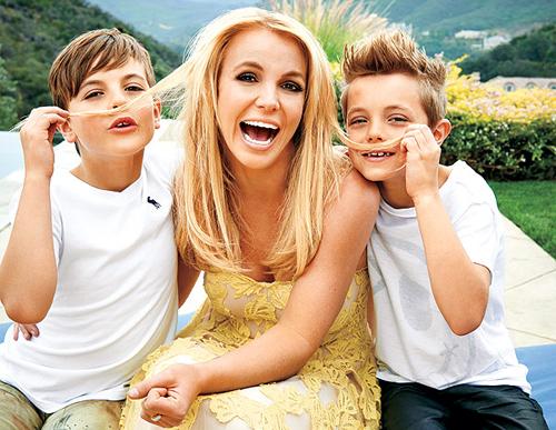 Ca sĩ 36 tuổi bên hai con trai.
