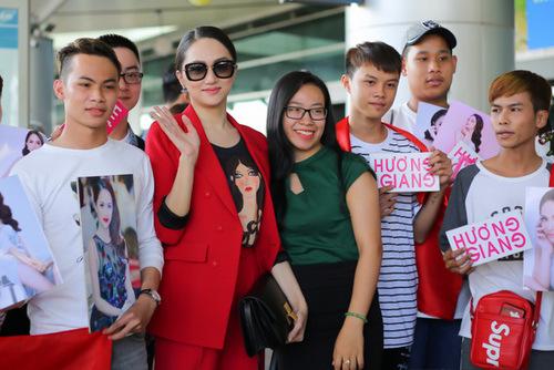 Hương Giang và các fan ở sân bay.
