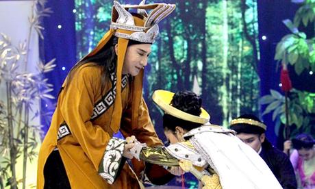 Kim Tử Long trợ diễn cho học trò trong đêm chung kết.