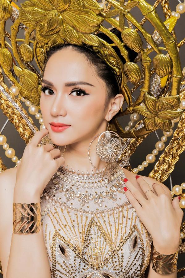 Trang phục dân tộc của Hương Giang Idol ở Hoa hậu chuyển giới