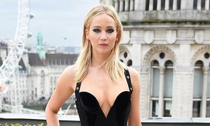 Jennifer Lawrence mặc đẹp với đầm hở ngực