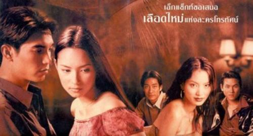 Bee Namthip (thứ hai từ trái sang) cùng dàn diễn viên trong phim.