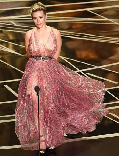 Tại sân khấu Oscar 2017, Scarlett Johansson từng gây ồn ào khi mặc chiếc váy xuyên thấu hoa voan mỏng. Khi cô bước lên giới thiệu giải thưởng, khán giả nhìn rõ đồ lót bên trong. Trên mạng xã hội, nhiều người cho rằng lựa chọn này thiếu tinh tế, nhất là ở sự kiện lớn như Oscar. Năm nay, khi mùa trao giải điện ảnh đang tới gần, khán giả mong chờ diễn viên nổi tiếng có lựa chọn chính xác hơn.