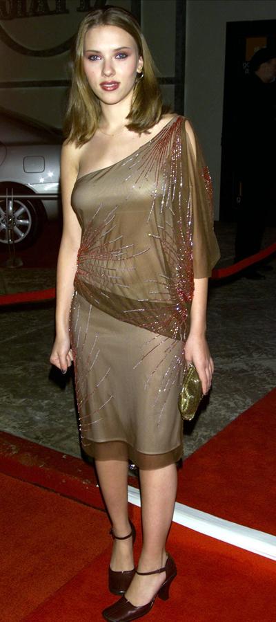 Năm 2001, Scarlett dự Lễ trao giải IFP Gotham ở New York với trang phục và đôi giày thảm họa. Chiếc váy lệch vai mỏng manh không tôn vóc dáng.