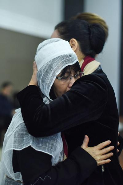 Chiều Xuân ôm con gái út của NSND Tuệ Minh để an ủi vượt qua nỗi đau.