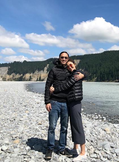 Trong khung cảnh yên bình của vùng đất Queenstown, New Zealand, cả hai diện áo khoác phao đôi. Louis Nguyễn tình tứ khoác vai vợ, trong khi ngọc nữ ôm eo chồng, nở nụ cười hạnh phúc.