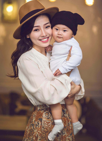 Khánh Hiền và con trai - bé Eric.