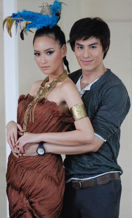 Bee Namthip (trái) thủ vai Peangdao trong Lưới tình catwalk.