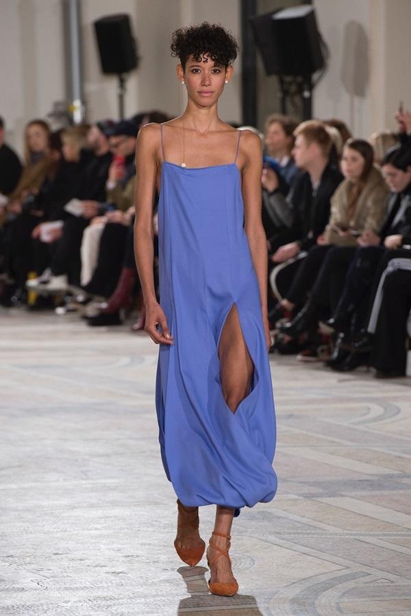 Dàn người mẫu lộ ngực dưới lớp váy mỏng của Jacquemus