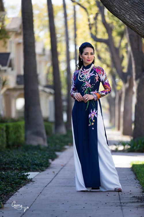 Cô Ba là danh xưng của các tiểu thư khuê các ở miền Nam và Sài Gòn, thường xuất hiện với vẻ ngoài sành điệu, tóc bới cầu kỳ, trang điểm sắc sảo.