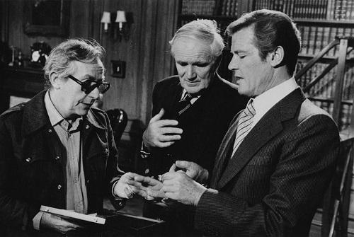 Gilbert (trái) và Roger Moore (phải, diễn viên thủ vai James Bond) trên trường quay Moonraker. Ông Moore qua đời năm ngoái vì ung thư.