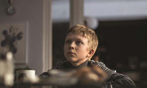Cậu bé sống trong cảnh thiếu tình thương.