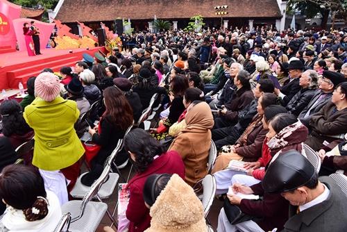 Người yêu thơ ngồi chật kín tại sân Văn Miếu dự lễ khai mạc năm 2017.