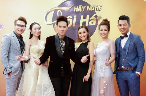 MC Nguyên Vũ (thứ ba từ trái sang) và các thí sinh của Hãy nghe tôi hát.