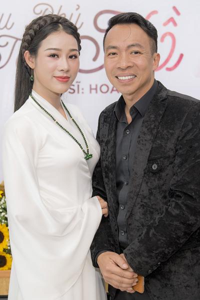 Vợ chồng ca sĩ Việt Hoàn - Hoa Trần.