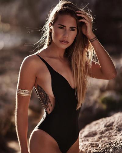 Anahita Rehbein có vẻ đẹp nóng bỏng, hoang dã và khoẻ khoắn.