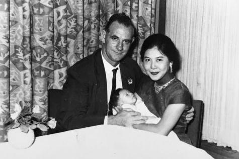 Hoàng Thu Sinh trong vòng tay cha mẹ khi còn bé.