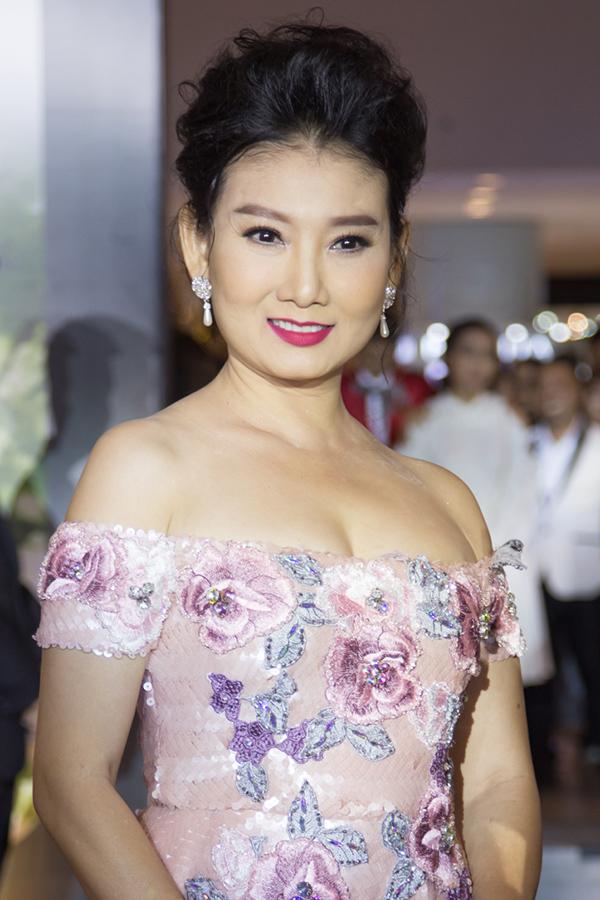Thanh Hằng mặc nam tính bên dàn mỹ nhân diện váy