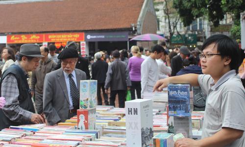 Tại sự kiện, nhiều gian hàng sách với đa dạng thể loại thu hút khán giả. Ngoài ra, khoảng mười quán thơ được dựng tại sân Văn Miếu mang chủ đề thơ lục bát, thơ Facebook, thư pháp&