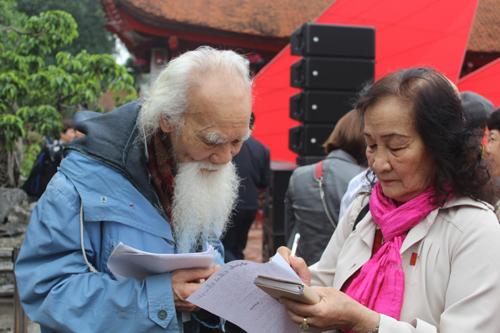 Ngày Thơ còn là dịp gặp gỡ đầu năm của những người bạn thơ. Họ tặng cho nhau những sáng tác mới và ghi lại những lời chúc tụng sức khỏe, bình an. Khán giả Hoàng Thị Hưu (Khoái Châu, Hưng Yên) có mặt tại sự kiện từ rất sớm. Cô cho biết bản thân đã về hưu nhưng không ngại quãng đường hơn 20 cây số để có mặt trong ngày Thơ Việt Nam. Ở đây, cô được giao lưu với bè bạn khắp tỉnh thành, cùng nói về đam mê nghệ thuật và cao hứng đối đáp thơ.