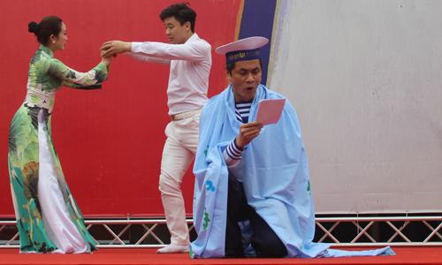 Trên sân khấu dành cho nhà thơ trẻ, trận chiến Gạc Ma (1998) đi vào tổ khúc Những đứa con bất tử của mẹ tổ quốc gợi không khí đau thương, oanh liệt của thế hệ chiến sĩ Việt Nam đã đổ máu để giữ gìn non sông đất nước.