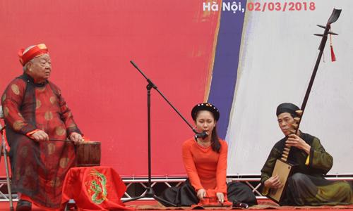 Xen lẫn những phần trình diễn thơ là nhạc phẩm ngợi ca quê hương, con người Việt Nam. Ngoài những bài ca hiện đại, màu sắc tươi trẻ, tiết mục hát ả đào của Câu lạc bộ ca trù Hà Nội tạo điểm khác cho hội diễn. Tuy nhiên, khi số lượng tiết mục văn nghệ chiếm nhiều lượng thời gian, một số nhà thơ cho rằng ban tổ chức nên tập trung vào phần chính (diễn thơ) để thỏa mãn nhu cầu của công chúng hơn là ca múa.