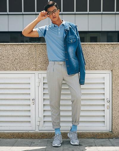 Áo polo, quần kaki, áo khoác denim được anh kết hợp hài hòa với tông xanh dương.
