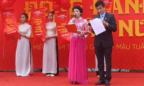 Phần thả thơ truyền thống kết thúc gần ba tiếng sự kiện diễn ra. 50 câu thơ được ban tổ chức chọn lựa ngợi ca truyền thống văn hiến, hào khí dân tộc.
