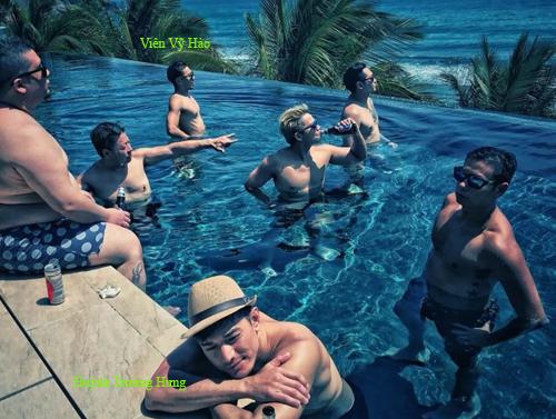 Lâm Tử Thiện (giữa) cùng nhóm bạn vui chơi ở Nha Trang.