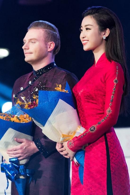 Hoa hậu Mỹ Linh, Diễm My 9x diện áo dài trên phố đi bộ
