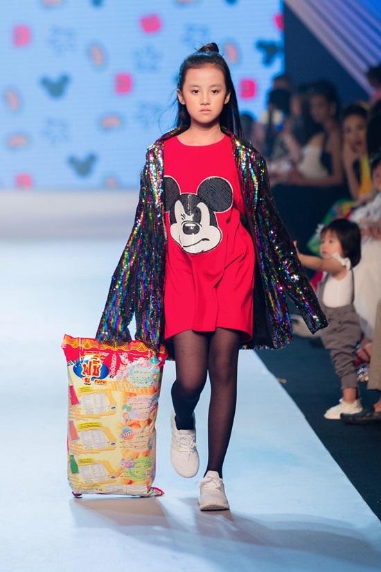 Hà Nhật Tiến lăng xê váy áo thập niên 1960 cho trẻ em