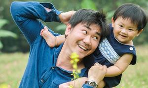 Con trai Khánh Hiền cười toe toét bên bố
