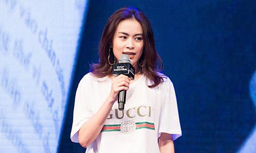 Hoàng Thuỳ Linh trong buổi ra mắt sách sáng 6/3 ở Hà Nội.