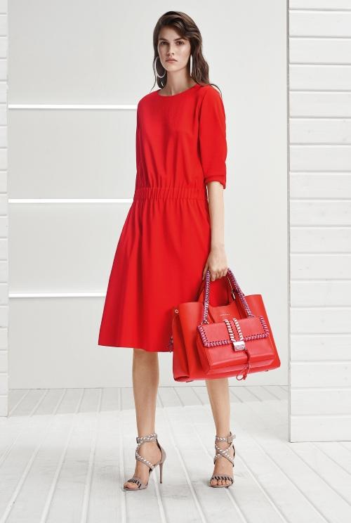 Mùa hè, phụ nữ thường tìm đến những trang phục nhẹ nhàng và mát mẻ để luôn thoải mái trong mọi vận động. Hiểu điều này, BOSS mang đến cho các quý cô chiếc váy hạ eo thanh lịch và đơn giản trên chất liệu vải thoáng nhẹ tông màu đỏ cam. Luôn là chính mình, tự tin, tỏa sáng là thông điệp mà thương hiệu muốn gửi tới các tín đồ.