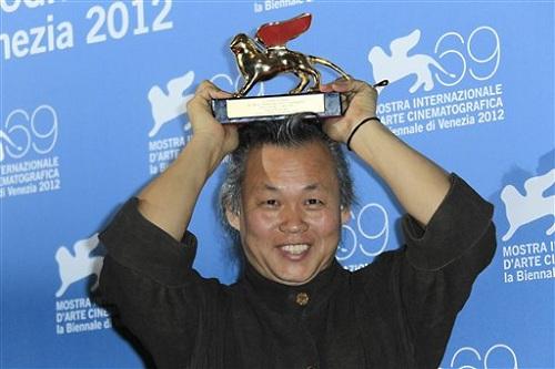Kim Ki Duk ăn mừng giải Sư Tử Vàng ở Venice.