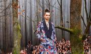 Chanel dựng khu rừng trong bảo tàng làm sàn catwalk