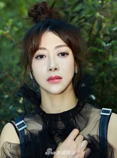 Trần Ý Hàm năm nay sang tuổi 40. Sự nghiệp của cô gắn liền với các phim chuyển thể tiểu thuyết Kim Dung. Ngoài Ân Ly, người đẹp từng thể hiện các vai