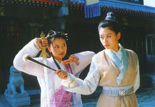 Giả Tịnh Văn nhận nhiều lời khen ngợi khi vào vai Triệu Mẫn(phải)- cô gái thẳng thắn, hào sảng, lanh lợi, túc trí đa mưu. Đông đảo khán giả  đánh giá trên Sina thể hiện của cô gần với miêu tả trong tiểu thuyết Kim Dung.