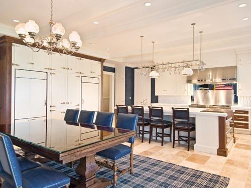 Biệt thự gồm 12 phòng ngủ và số nhà tắm tương đương. Theo AD, ngôi nhà được cho thuê với giá 500.000 USD (khoảng 11 tỷ đồng) một tháng.