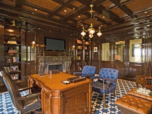 Phòng làm việc và thư viện với gỗ trang trí chủ đạo.