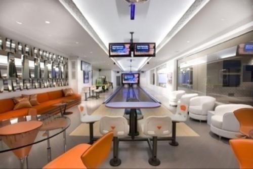 Phòng giải trí với đường chơi bowling ngay trong nhà.