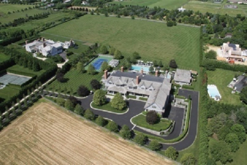 Theo AD, nằm trên khoảng đất rộng 46.500 mét vuông, căn biệt thự 2.800 mét vuông được xây ba tầng.