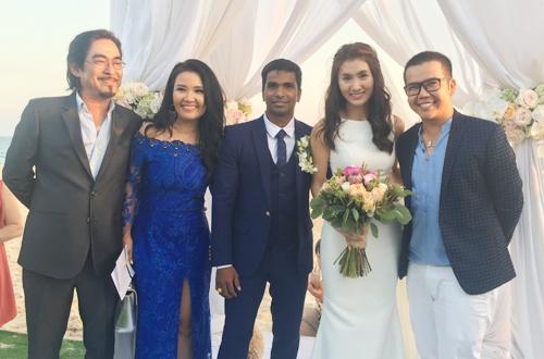 Nguyệt Ánh và chồng người Ấn Độ (giữa) trong đám cưới năm 2017.