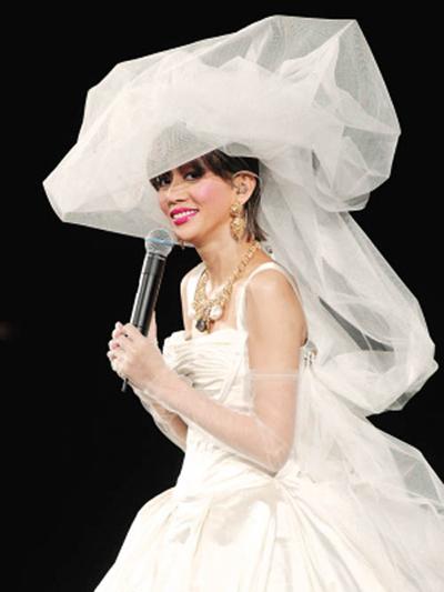 Mai Diễm Phương mang cả khao khát mặc váy cưới lên sân khấu liveshow của cô.