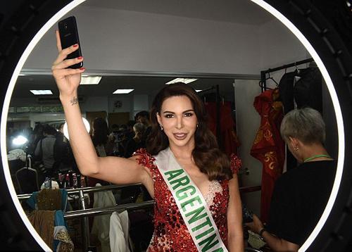 Sofia Solohaga của Argentina tranh thủ selfie sau khi thay trang phục dạ hội.