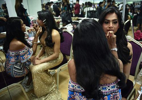 Đại diện Ấn Độ, Nitasha Biswas, ngồi chờ khâu trang điểm hoàn tất.