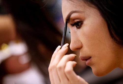 Hoa hậu chuyển giới Mexico, Anahi Cristobal Altuzar, dặm lại chân mày sau khi hoàn tất trang điểm.